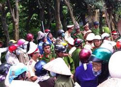 Công an, côn đồ bao vây dân để để xe ủi phá hoại tài sản hoa màu tại Văn Giang ngày 17-9-2013. Courtesy FB NghiemVietAnh.