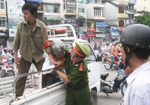 Anh Paulus Lê Văn Sơn bị bắt một cách thô bạo. Source damlambao