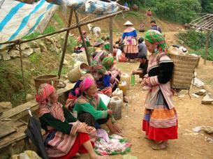 Người dân tộc Hmong mua bán trong ngày họp chợ.(Ảnh minh  họa RFA)