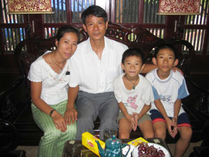 Vợ chồng Bác sĩ Phạm Hồng Sơn - Vũ Thuý Hà cùng các con, sau khi BS. Sơn được trả tự do hôm 30-8-2006.
