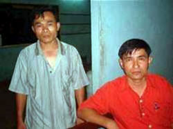 Mục sư Phạm Ngọc Thạch, áo xanh bên trái. File photo.