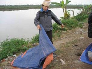Chị Thương vợ anh Đoàn Văn Vươn nói tấm bạt cũ này là nhờ bà con trong thôn cho để dựng lều