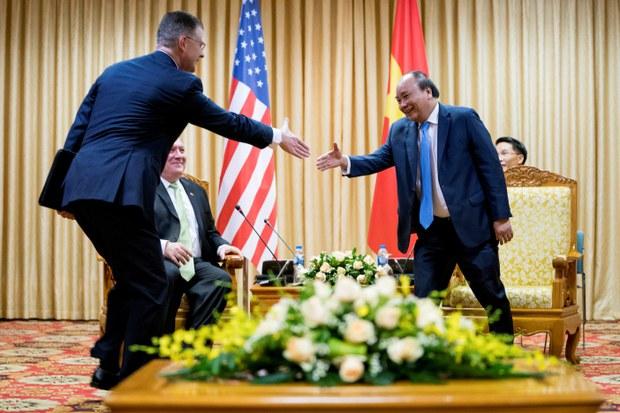 Đại sứ Hoa Kỳ tại Việt Nam Dan Kritenbrink bắt tay Thủ tướng Nguyễn Xuân Phúc tại Hà Nội hôm 07/09/2018.