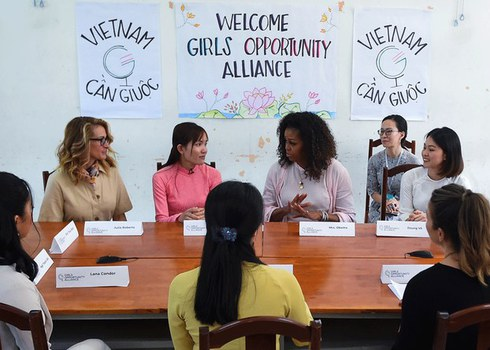Ảnh minh họa. Cựu Đệ nhất Phu nhân Mỹ, bà Michelle Obama (giữa) và diễn viên Julia Roberts (trái) gặp gỡ các học sinh ở trường THPT Cần Giuộc, Long An, hôm 9/12/19.