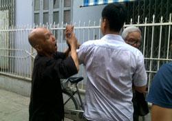 Công an và dân phòng đàn áp Phật tử vào chùa Giác Minh hôm 17/8. Courtesy IBIB.