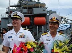 Đô đốc Mỹ Tom Carney (T) và Đại tá Hải quân Việt Nam Nguyễn Văn Lâm chụp tại cảng Tiên Sa, thành phố Đà Nẵng hôm15/7/2011. AFP photo