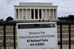 Bảng thông báo đóng cửa tại Lincoln Memorial ở Washington DC hôm 01/10/2013. AFP PHOTO.