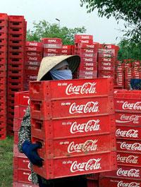 Một công nhân đang làm việc bên ngoài một nhà máy Coca-Cola ở Ngọc Hồi, phía bắc Việt Nam ngày 13/7/2000. AFP photo