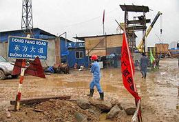 Thậm chí người Trung Quốc còn đặt nhiều tên đường VN bằng tiếng Hoa. Ảnh: đường Dong Fang, được tập đoàn điện khí Dong Fang Trung Quốc, trúng thầu xây dựng nhà máy nhiệt điện Hải Phòng, đặt tên.