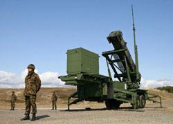 Quân đội thuộc Lực lượng Phòng vệ Nhật Bản đứng cạnh một bệ phóng tên lửa đánh chặn được triển khai tại một căn cứ ở thành phố Akita, miền bắc Nhật Bản. Ảnh minh họa chụp ngày 31 tháng 3 năm 2009.