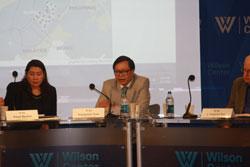 Tiến sĩ Aileen San Pablo-Baviera, thuộc trường đại học Philippines (trái) và diễn giả Hoàng Anh Tuấn, Viện trưởng Viện Nghiên cứu Chiến lược Ngoại giao Việt Nam tại Hội thảo Philippines, Việt Nam và những tranh chấp về lãnh thổ ở Biển Đông được tổ chức tại Trung tâm Wilson ở Washington DC vào sáng ngày 3 tháng 6 năm 2014. RFA PHOTO.