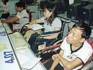 """Các em học viên khuyết tật trong buổi học """"Chương trình đào tạo công nghệ thông tin miễn phí dành cho người khuyết tật"""""""
