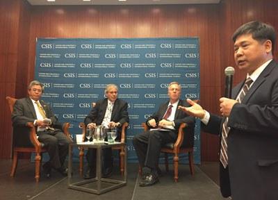 Tiến sĩ Cù Huy Hà Vũ (đứng) phát biểu tại buổi gặp gỡ giữa hai đại sứ Việt - Mỹ ở Trung tâm Nghiên cứu Chiến lược và Quốc tế CSIS,  Washington DC, ngày 24/3/2015. RFA PHOTO.