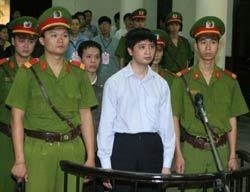 Hai học viên Pháp luân công Vũ Đức Trung (áo trắng) và Lê Văn Thành trong phiên tòa tại TAND Hà Nội hôm 10/11/2011. AFP