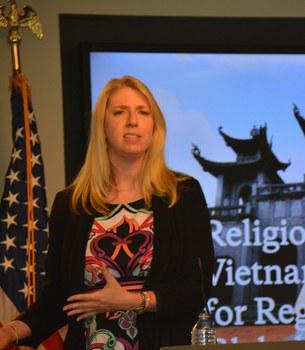 Bà Tina Mufford, Phó Giám đốc Nghiên cứu và Chính sách USCIRF