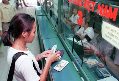 Khách hàng đổi tiền ở ngân hàng (minh họa)