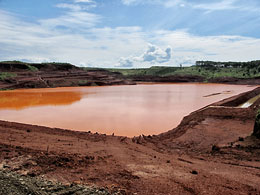 Nạn bùn đỏ, nguy cơ nghiêm trọng cho môi trường. File photos