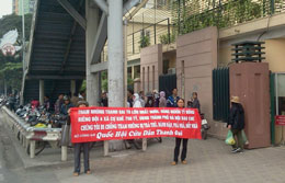Biểu ngữ tố tham nhũng cũng được người dân Thanh Oai căng trước bộ TNMT. Courtesy blog lehienduc