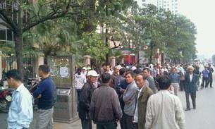 Quang cảnh bà con Văn Giang, Dương Nội tập trung trước trụ sở Bộ TNMT sáng nay 19 tháng 11, 2012