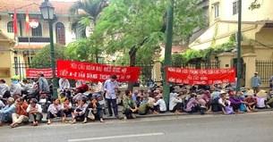 Sáng ngày 6 tháng 11,  khoảng 500 người dân 3 xã Xuân Quan, Phụng Công, Cửu Cao huyện Văn Giang tỉnh Hưng Yên đang biểu tình trước cửa trụ sở Mặt trận Tổ quốc Việt Nam, 46 Tràng Thi Hà Nội.