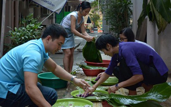 Người Việt Nam tại Thái Lan chuẩn bị gói bánh chưng đón Tết, ảnh minh họa.