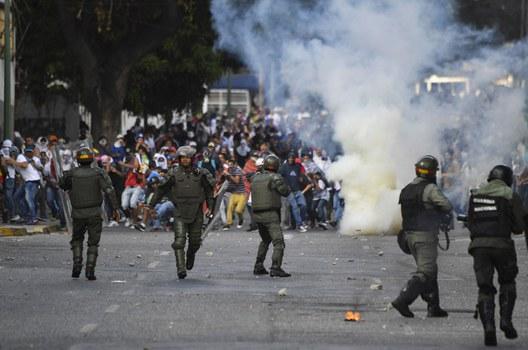 Đụng độ giữa lực lượng chức năng và người dân Venezuela.