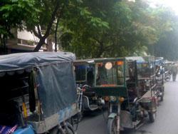 Hơn 200 thương binh tại Hà Nội đã tập trung diễu hành trên các xe ba bánh tự chế hôm 8/10. Photo courtesy of NguyenXuanDienBlog.