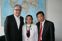 Từ trái sang: Ông Christoph Strässer, Đặc Ủy Nhân Quyền Liên Bang Đức; Bà Trần Thị Ngọc Minh; Ông Vũ Quốc Dụng. Photo courtesy VETO!