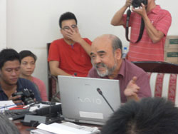 Giáo sư Đặng Hùng Võ, nguyên thứ trưởng Bộ Tài Nguyên Môi Trường, tại buổi gặp gỡ nông dân Văn Giang, chiều 8/11,  tại Hội trường cũ của Bộ. Courtesy khampha.vn