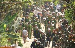 Công an tham gia cưỡng chế đất ở Văn Giang hôm 24/4/2012.