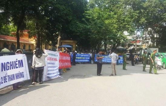 Hơn 60 hộ dân thuộc Dự án Khu đô thị mới Thủ Thiêm biểu tình trước Văn phòng Chính phủ, Thủ tướng và Quốc hội, vào hôm 28 tháng 10.