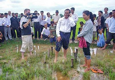 Lãnh tụ Sam Rainsy đứng tại cột mốc biên giới tạm số 185 tại xóm Kbal Kandal, xã Samrong, huyện Chanhtrea, tỉnh Svay Riêng chuẩn bị cho nhổ cột mốc hồi tháng 5, 2009