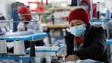 Hình minh hoạ. Công nhân nhà máy may tư nhân ở Hà Nội đang làm việc hôm 8/1/2021