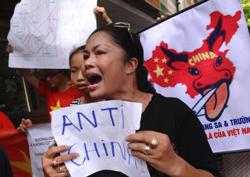 """Một phụ nữ trong đoàn biểu tình với khẩu hiệu """"Chống Trung Quốc"""" tại Hà Nội hôm 03/07/2011. AFP photo"""