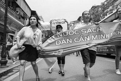 Người dân Hà Nội biểu tình chống tập đoàn Đài Loan Formosa hôm 01 tháng 5 năm 2016. AFP photo