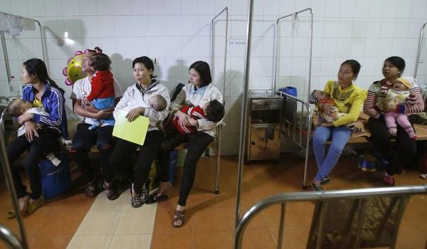 Hình minh hoạ. Cha mẹ bế các em nhỏ bị hở hàm ếch chờ phẫu thuật tại bệnh viện Việt Nam Cuba ở Hà Nội hôm 18/11/2014