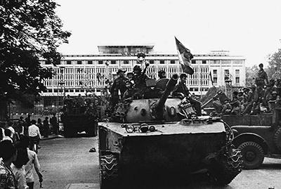 Quân đội Bắc Việt chiếm dinh tổng thống miền Nam Việt Nam tại Sài Gòn vào ngày 30 tháng 4 năm 1975, ngày thành phố rơi vào tay quân đội Bắc Việt. AFP PHOTO.