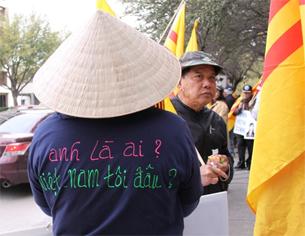 Nhiều người biểu tình đã mặc những áo thun có tên 2 bản nhạc của anh Việt Khang. Hiền Vy RFA