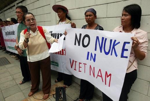Hình minh hoạ. Các nhà hoạt động chống điện hạt nhân biểu tình bên ngoài toà đại sứ Việt Nam ở Bangkok, Thái Lan hôm 26/4/2011