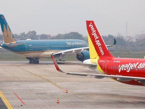 Máy bay của hãng Vietnam Airlines và VietJet ở sân bay Nội Bài, Hà Nội hôm 23/12/2020