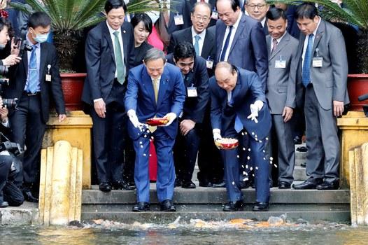 Tân Thủ tướng Nhật Suga Yoshihide đến thăm Việt Nam trong chuyến công du nước ngoài đầu tiên sau khi ông nhậm chức.