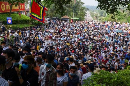 Người dân tham dự lễ hội tại Đền Hùng ngày 21 tháng 4 năm 2021. Reuters