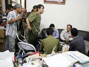 Công an đã vào  ngay toa soạn báo Tuổi Trẻ và báo Thanh Niên lục soát nơi làm việc của hai nhà báo N.V. Chiến và N.V. Hải sau đó bắt giam cả hai. Photo courtesy Vietnamnet