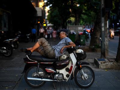 Một người già chạy xe ôm kiếm sống. Ảnh chụp tại Hà Nội hôm 16/5/2018.