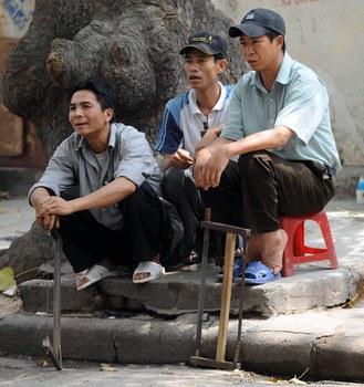 Hình minh hoạ. Những người thất nghiệp đang ngồi chờ được thuê ở Hà Nội hôm 8/5/2008.
