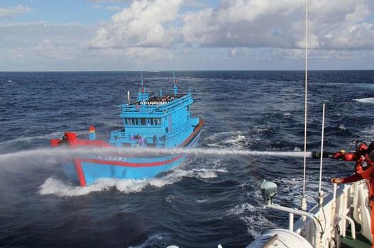 Tàu cá Việt Nam bị tàu nước ngoài xua đuổi. (Ảnh minh họa)