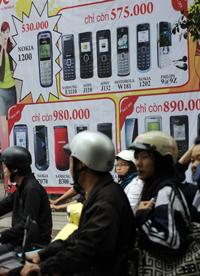 Những áp phích quảng cáo điện thoại di động ở trung tâm thành phố Hà Nội ngày 3 tháng 4 năm 2009. AFP photo
