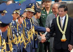 Chủ tịch nước Nguyễn Minh Triết (phải) bắt tay với các quan chức chính phủ Campuchia tại sân bay quốc tế Phnom Penh ngày 26/8/2010. AFP photo