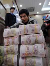Nhân viên ngân hàng đếm tiền đồng
