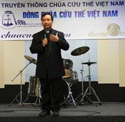 Linh mục Lê Ngọc Thanh, đến từ Sài Gòn, trong buổi khai trương cơ sở- RFA photo